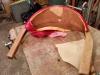 On voit bien ici la pièce de bois unique qui sert d'accoudoir