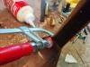 Je répare la connection entre les accoudoirs et le haut du dossier avec de la colle et une vis #4