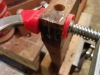 Réparation d'un haut de patte cassé. Il faut refermer cette craque pour avoir un joint solide entre le dossier et les pattes