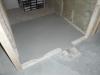 Béton auto-nivelant au sous-sol dans la garderobe