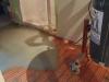 Ici on voit le treillis orange qui a servi à positionner le fil chauffant et qui contient le béton auto-nivelant