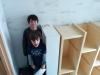 Le rangement du vestibule vu de la petite mezzanine avec les garçons