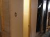 Garde-robe du sous-sol fermée avec la porte ré-installée