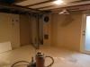 Ils ont enlevé les colonnes de support temporaires et le poêle à bois pour faire le plancher chauffant et installer la céramique