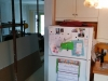 Le plâtre sur le mur près du réfrigérateur