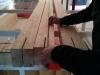 alain examine les colonnes (on voit les entailles où s'emboîteront les plaques d'acier)